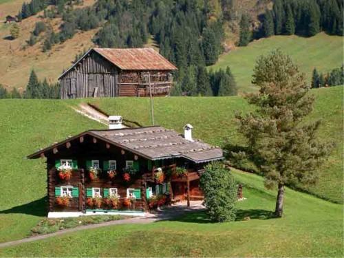 Walser Hof mit Huusschtall in Hirschegg (Foto: Tiburt Fritz, 2004)
