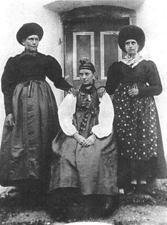 Trachtenträgerinnen 1890