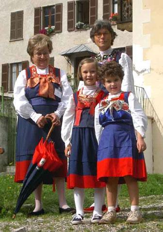 Trachtenträgerinnen in Rima (Foto: Fritz Tiburt)